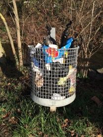 Mülleimer voll mit Hundekotbeutel